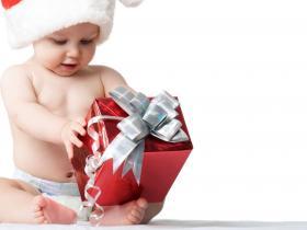 Ребенок распаковывает подарок