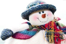 Симпатяга снеговик в вязаном шарфе